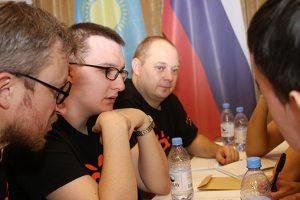 """Edvinas Stankevič (kairėje, viduryje) mąsto """"Kas? Kur? Kada?"""" pasaulio čempionate"""