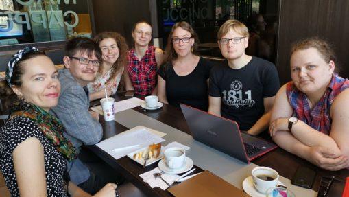 PVČ organizatoriai Vilniuje. Tai tik dalis organizatorių Lietuvoje ir tik maža dalis jų užsiima klausimų vertimais bei redagavimu. Visi organizatoriai dirba be atlygio, savanoriškai.