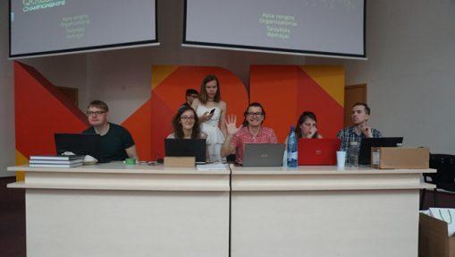 """PVČ metu Vilniuje priešais auditoriją sėdintys organizatoriai turi 4-5 kompiuterius, kiekvienas kurių atlieka savo rolę. Pavyzdžiui, vienas kompiuteris naudojamas """"Google"""" paieškoms protestų atveju, kitas - ryšių palaikymui su kitais miestais (įskaitytini ar neįskaitytini atsakymai pildomi į Google Docs), dar vienas - klausimų prezentacijoms, pora rezultatams ir t.t."""